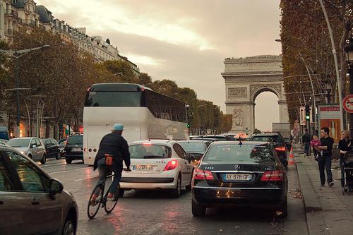 Vélo dans circulation encombrée